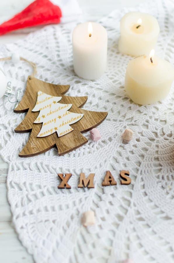 κεριά δέντρων και διακοσμήσεις Χριστουγέννων στο ξύλινο άσπρο υπόβαθρο, φυσική ελαφριά, εκλεκτική εστίαση, έννοια διακοπών, Χριστ στοκ εικόνα