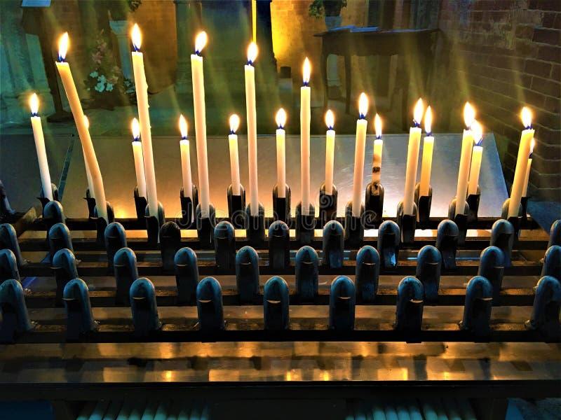 Κεριά, ελαφριά και μυστική ατμόσφαιρα στοκ φωτογραφία