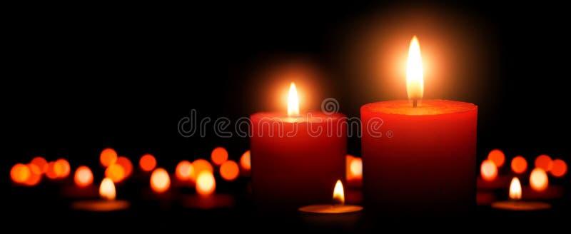 Κεριά εμφάνισης, δύο φλόγες στο πρώτο πλάνο στοκ εικόνα με δικαίωμα ελεύθερης χρήσης