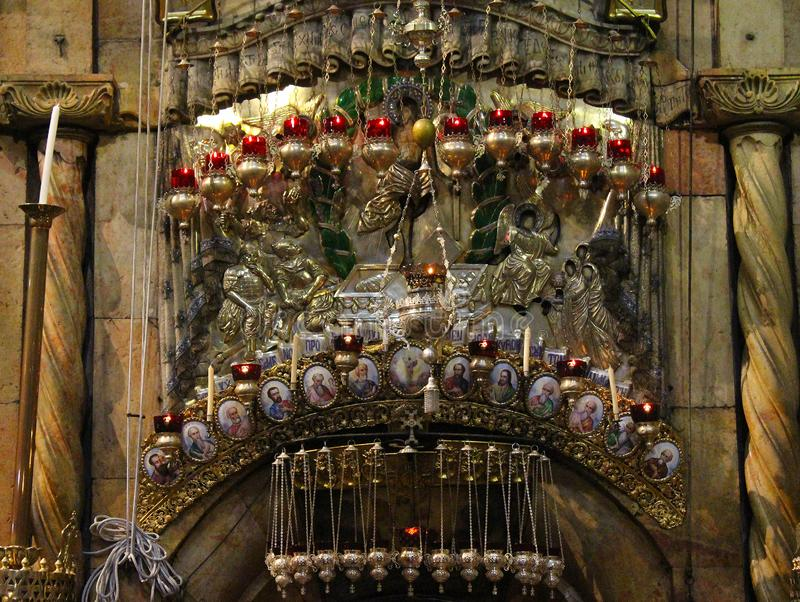 Κεριά επάνω από την είσοδο σε Edicule στην εκκλησία του ιερού τάφου, τάφος Χριστού, στην παλαιά πόλη της Ιερουσαλήμ, Ισραήλ στοκ εικόνες