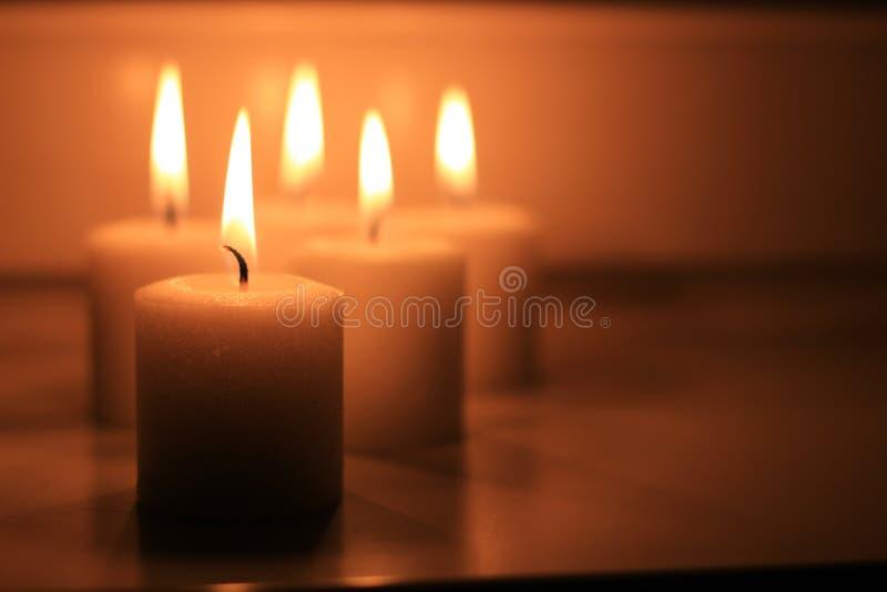 Κεριά διακοπών που καίνε σε ένα άσπρο υπόβαθρο και στοκ εικόνες
