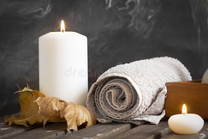 Κεριά και πετσέτα στη SPA στοκ εικόνα