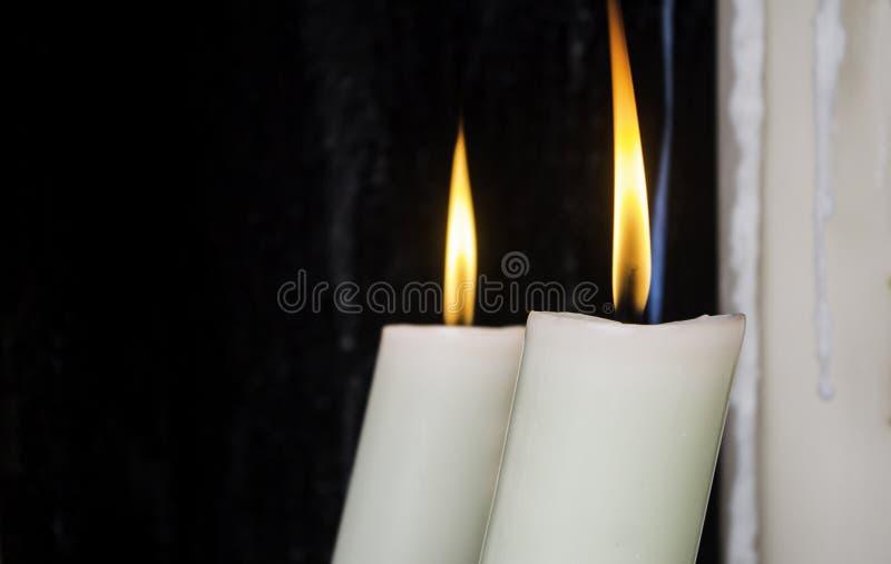 Κεριά κεριών αναμμένα με την πυρκαγιά στοκ φωτογραφίες με δικαίωμα ελεύθερης χρήσης