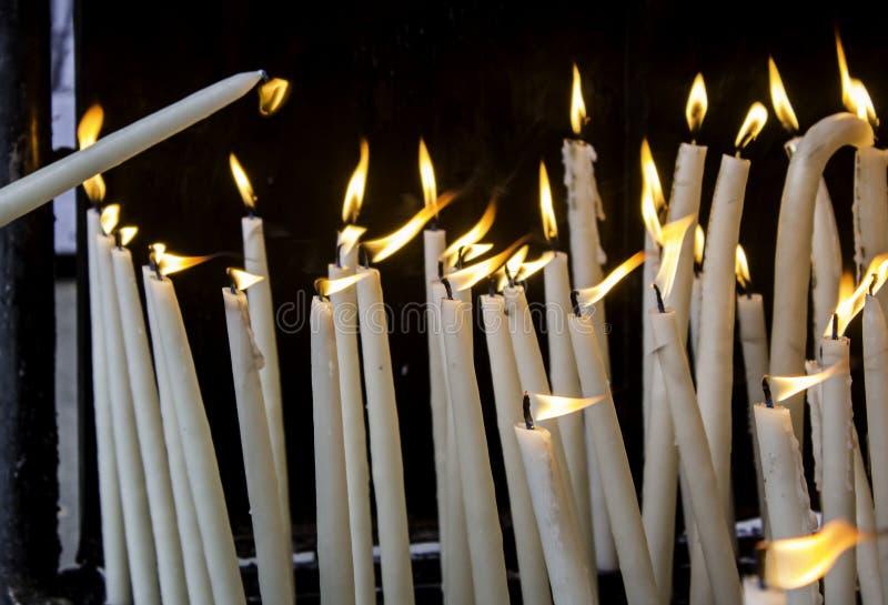 Κεριά κεριών αναμμένα με την πυρκαγιά στοκ εικόνα με δικαίωμα ελεύθερης χρήσης