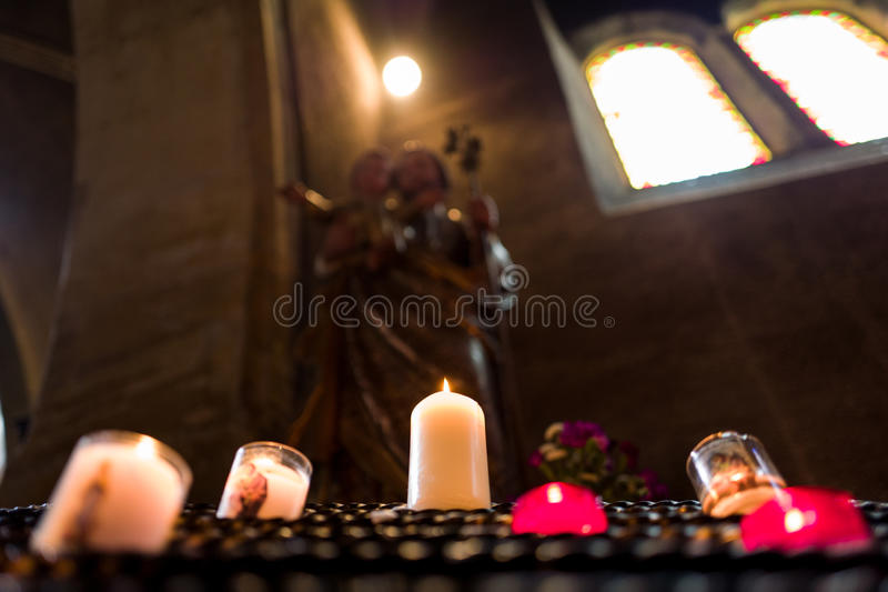 Κεριά με το άγαλμα στο υπόβαθρο στοκ φωτογραφία με δικαίωμα ελεύθερης χρήσης