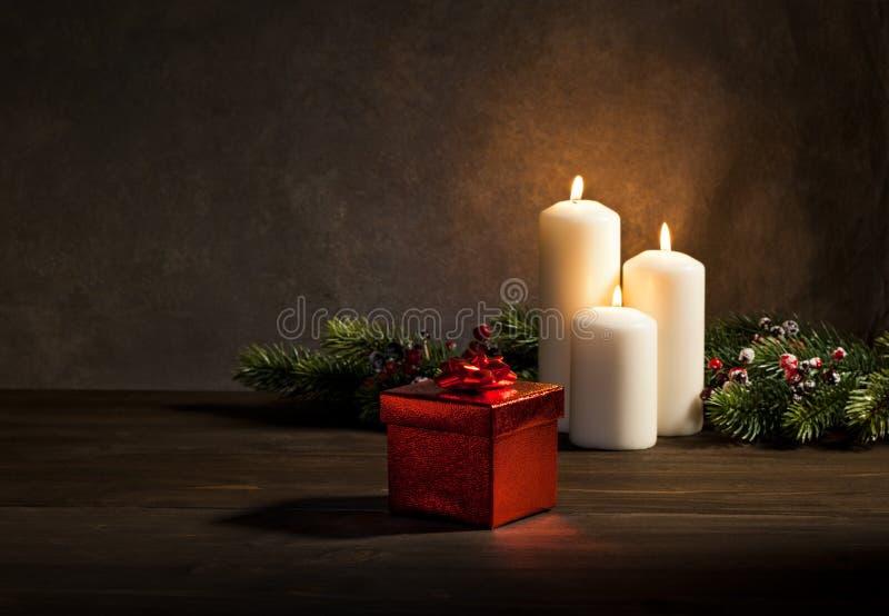 Κεριά παρόντα στη ρύθμιση Χριστουγέννων στοκ εικόνες