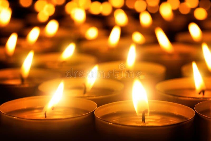 Κεριά που καίγονται στο σκοτάδι στοκ εικόνες