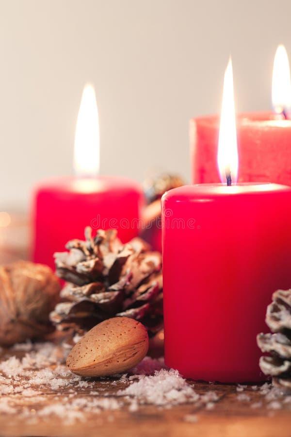 Κεριά Χριστουγέννων με τις διακοσμήσεις Χριστουγέννων, τα Χριστούγεννα ή τη νέα ατμόσφαιρα έτους στοκ εικόνες με δικαίωμα ελεύθερης χρήσης