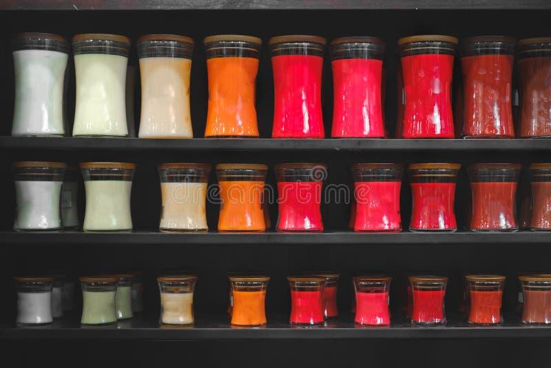 Κεριών καταστημάτων scented κεριών ράφι υποβάθρου ραφιών μαύρο ματ στοκ εικόνες