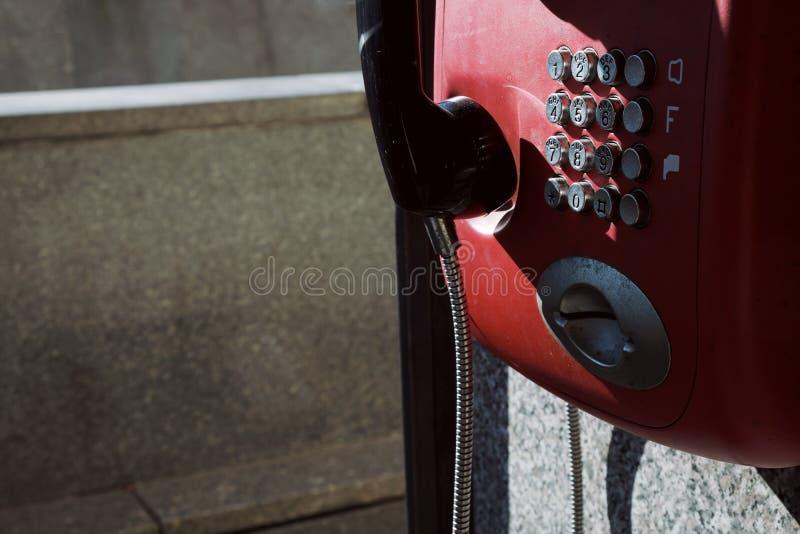 Κερματοδέκτης στην οδό της πόλης Κόκκινο τηλέφωνο στοκ φωτογραφίες με δικαίωμα ελεύθερης χρήσης