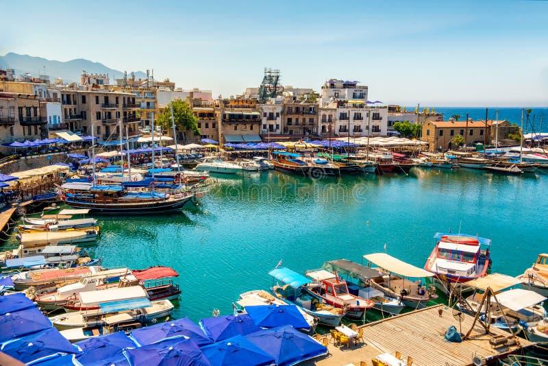 Κερύνεια (Girne), ΚΎΠΡΟΣ - 5 Ιουλίου: Ιστορικό λιμάνι και το παλαιό τ στοκ φωτογραφίες