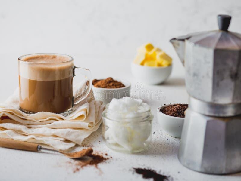 ΚΕΤΟΝΟΓΕΝΕΤΙΚΟ KETO ΠΟΤΌ ΔΙΑΤΡΟΦΉΣ Coffe και κακάο που συνδυάζονται με το πετρέλαιο καρύδων Φλυτζάνι του αλεξίσφαιρου coffe με το στοκ εικόνες