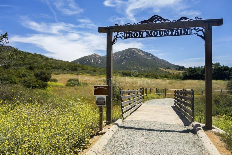 Κεφάλι ιχνών πεζοπορίας βουνών σιδήρου στη κομητεία εσωτερική νότια Καλιφόρνια του ανατολικού Σαν Ντιέγκο Poway στοκ εικόνες