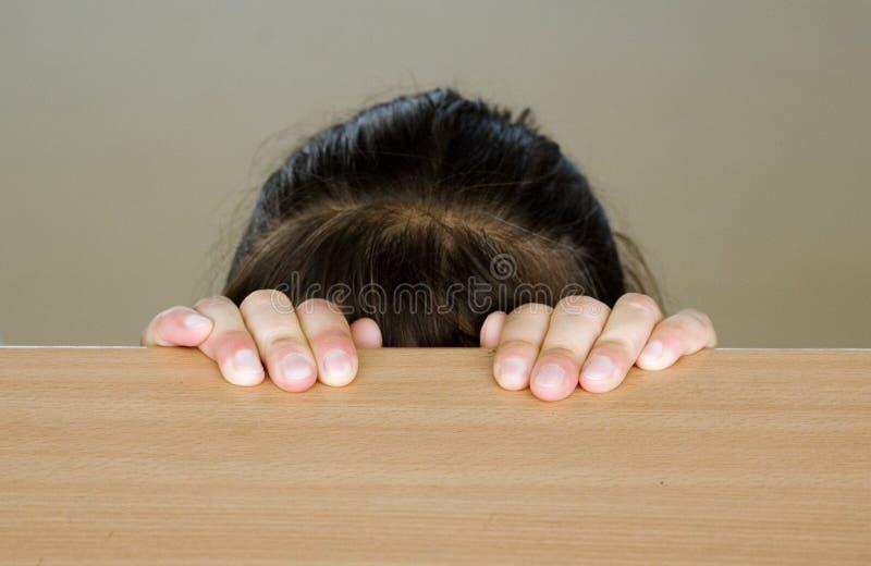 κεφάλι κοριτσιών που κρύβ στοκ φωτογραφίες με δικαίωμα ελεύθερης χρήσης