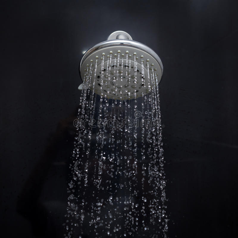 Κεφάλι ντους με τη ροή πτώσεων νερού στοκ εικόνες
