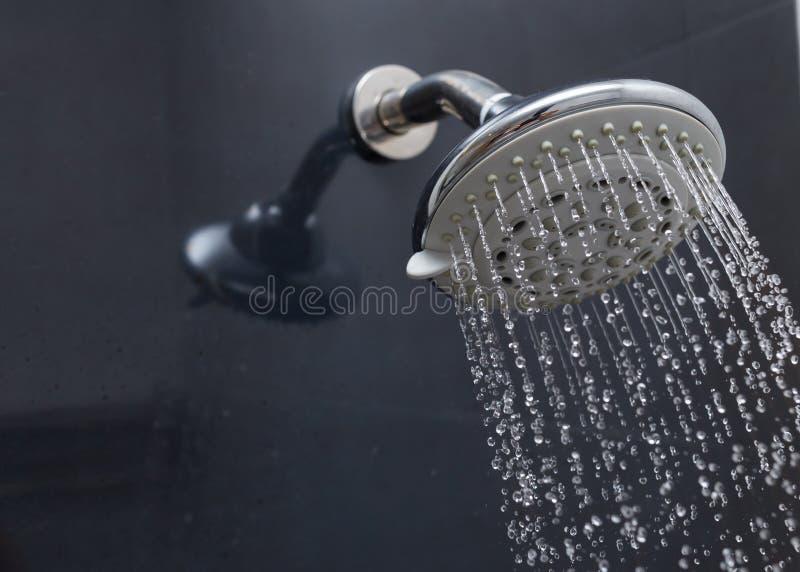 Κεφάλι ντους με τη ροή πτώσεων νερού στοκ εικόνα