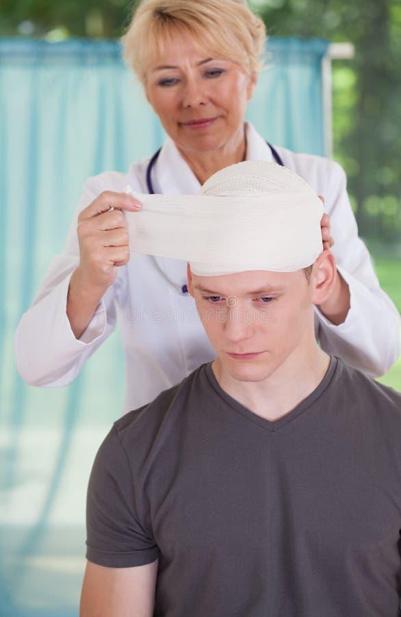 Κεφάλι του ασθενή δεμάτων παθολόγων στοκ εικόνα με δικαίωμα ελεύθερης χρήσης