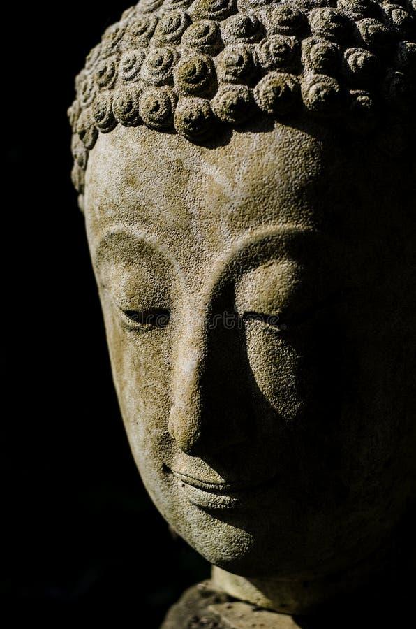 Κεφάλι του Βούδα στο φως στοκ φωτογραφία με δικαίωμα ελεύθερης χρήσης