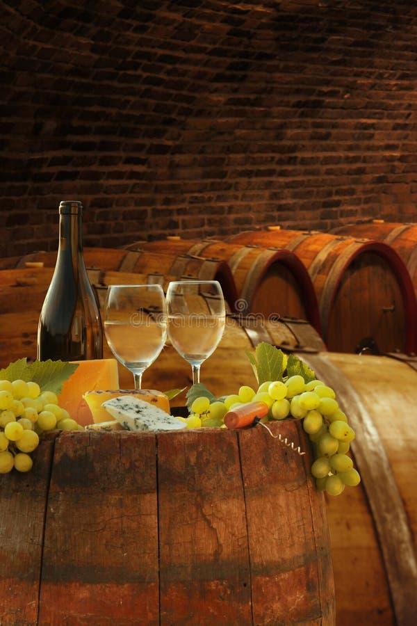 Κελάρι κρασιού με τα ποτήρια του άσπρου κρασιού στοκ φωτογραφίες με δικαίωμα ελεύθερης χρήσης