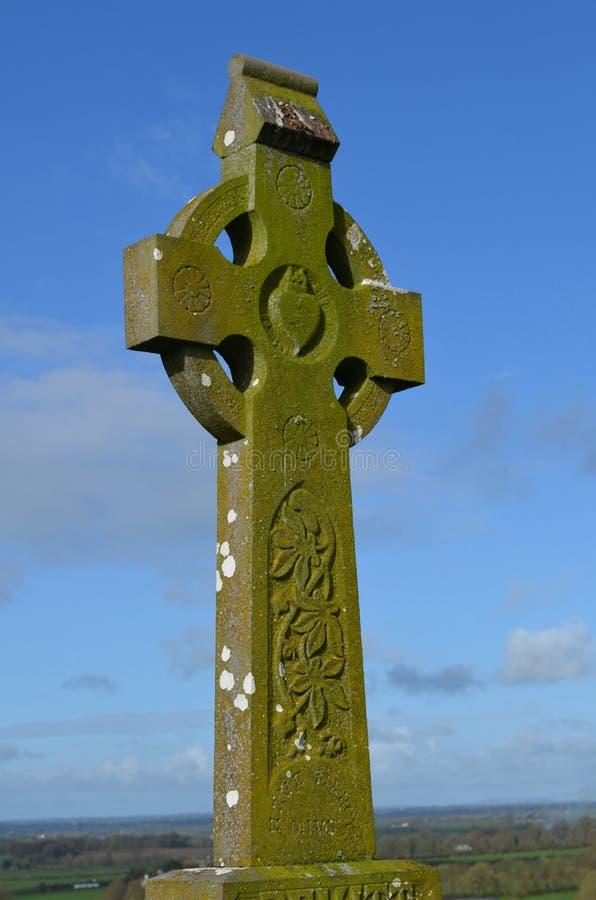 Κελτικός σταυρός στο βράχο Cashel στην Ιρλανδία στοκ εικόνες