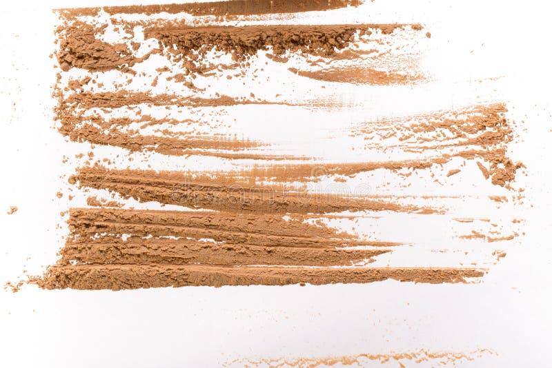 Κηλίδα από τον ξηρό κίτρινο καλλυντικό άργιλο Σύσταση της σκόνης makeup - κοκκινίστε ή σκιά ματιών η σκούπα απομόνωσε το λε&u στοκ φωτογραφίες