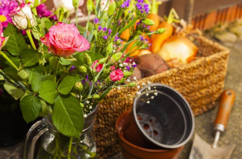 Κηπουρική με τα εγχώρια οργανικά λαχανικά και τα λουλούδια στοκ φωτογραφία