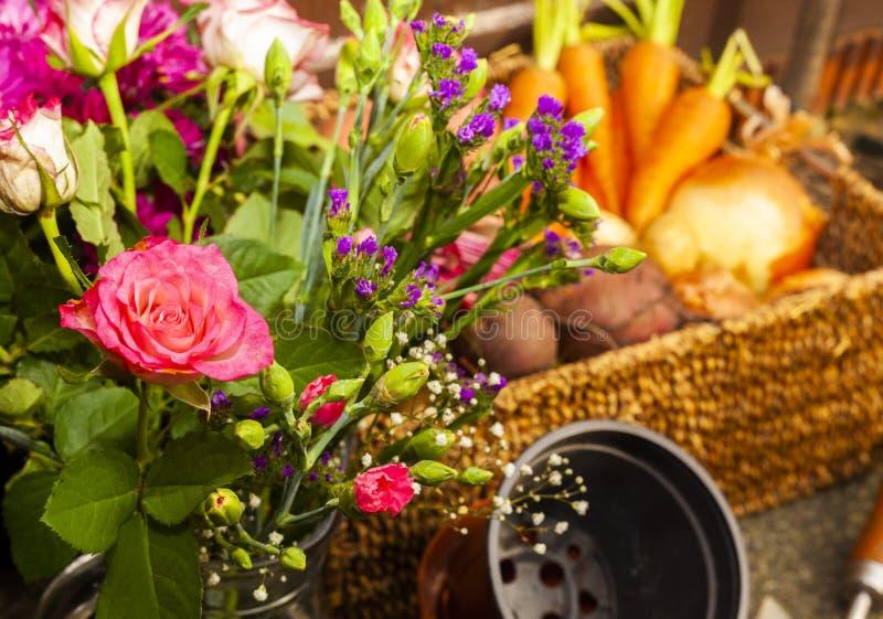 Κηπουρική με τα εγχώρια οργανικά λαχανικά και τα λουλούδια στοκ εικόνα με δικαίωμα ελεύθερης χρήσης