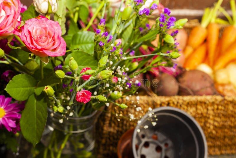 Κηπουρική με τα εγχώρια οργανικά λαχανικά και τα λουλούδια στοκ φωτογραφίες με δικαίωμα ελεύθερης χρήσης