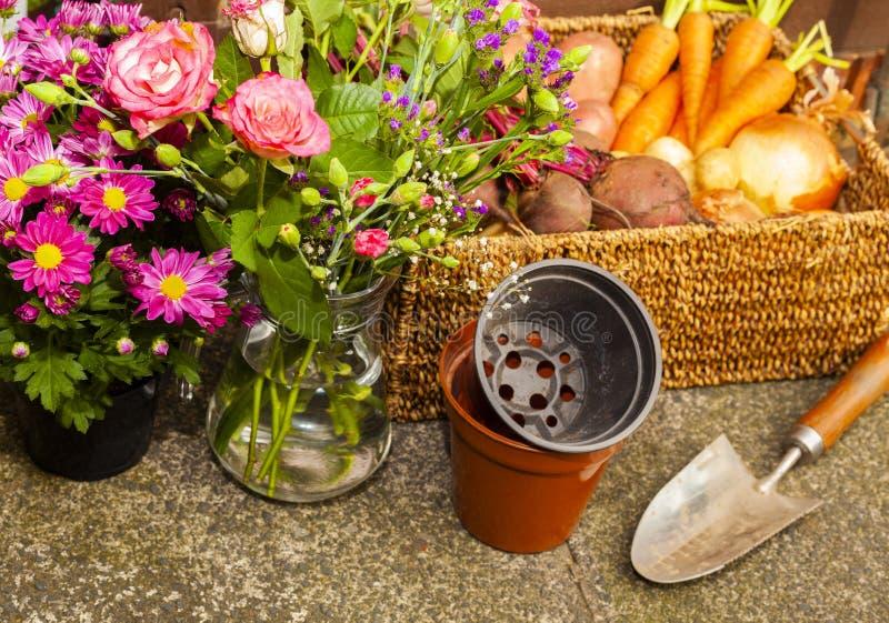 Κηπουρική με τα εγχώρια οργανικά λαχανικά και τα λουλούδια στοκ εικόνα