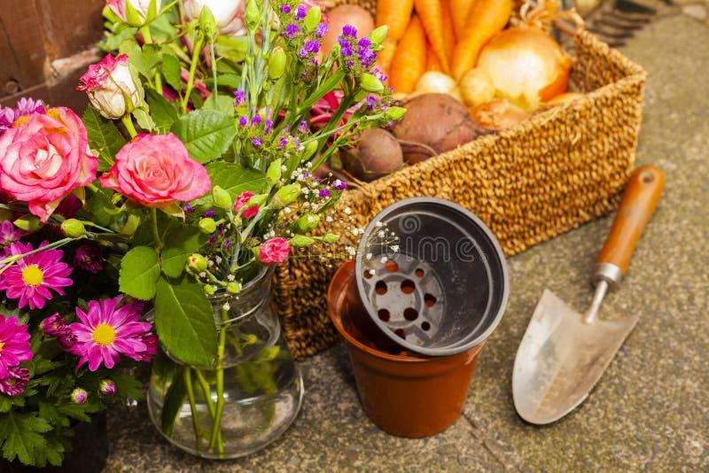 Κηπουρική με τα εγχώρια οργανικά λαχανικά και τα λουλούδια στοκ φωτογραφίες