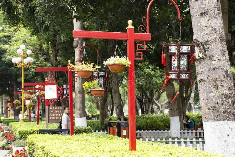 Κηπουρική σχεδίου διακοσμήσεων και κινεζικό ύφος λαμπτήρων του κήπου στο δημόσιο πάρκο Zhongshan στην κωμόπολη Shantou ή της πόλη στοκ εικόνα με δικαίωμα ελεύθερης χρήσης