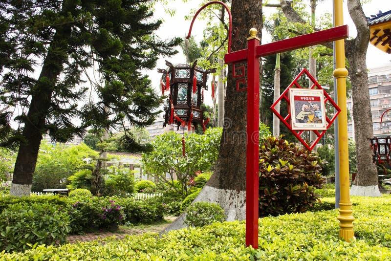 Κηπουρική σχεδίου διακοσμήσεων και κινεζικό ύφος λαμπτήρων του κήπου στο δημόσιο πάρκο Zhongshan στην κωμόπολη Shantou ή της πόλη στοκ φωτογραφίες με δικαίωμα ελεύθερης χρήσης