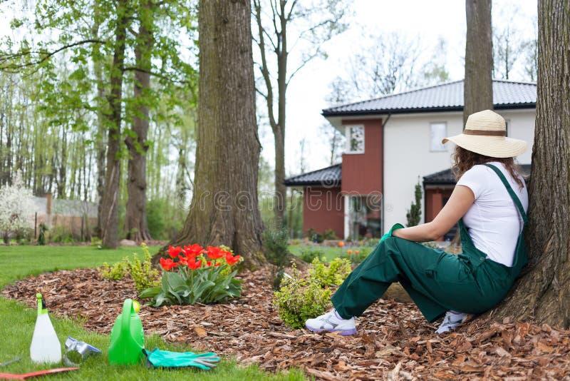 Κηπουρός που στηρίζεται μετά από την εργασία στοκ εικόνα με δικαίωμα ελεύθερης χρήσης
