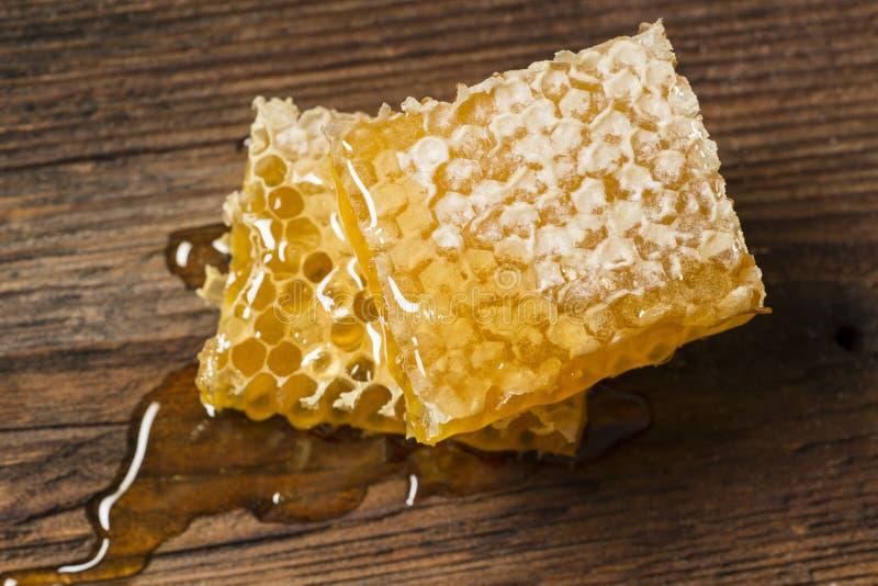 Κηρήθρα με το μέλι σε έναν ξύλινο πίνακα στοκ εικόνες με δικαίωμα ελεύθερης χρήσης