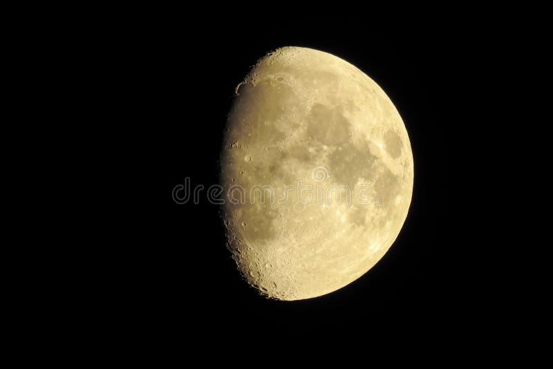 Κηρώνοντας φεγγάρι με τους σαφώς ορατούς κρατήρες στοκ φωτογραφίες με δικαίωμα ελεύθερης χρήσης