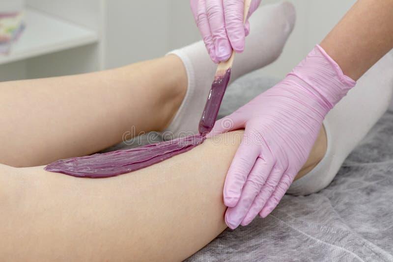 Κηρώνοντας legs girl do depilation spa κέντρο στοκ εικόνες με δικαίωμα ελεύθερης χρήσης