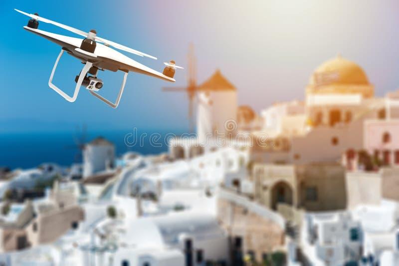 Κηφήνας με τη ψηφιακή κάμερα που πετά πέρα από μια ελληνική πόλη διανυσματική απεικόνιση
