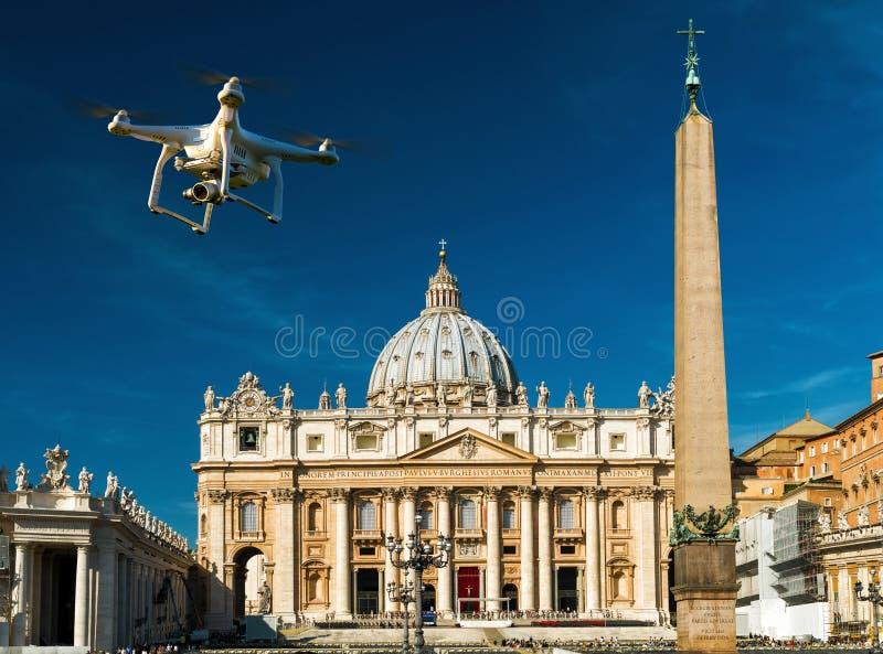 Κηφήνας πέρα από το τετράγωνο και τη βασιλική Αγίου Peter στη Ρώμη στοκ εικόνα