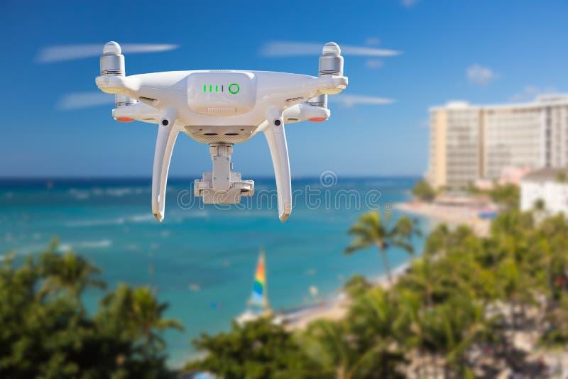 Κηφήνας που πετά επάνω από την παραλία Waikiki στη Χαβάη στοκ φωτογραφίες
