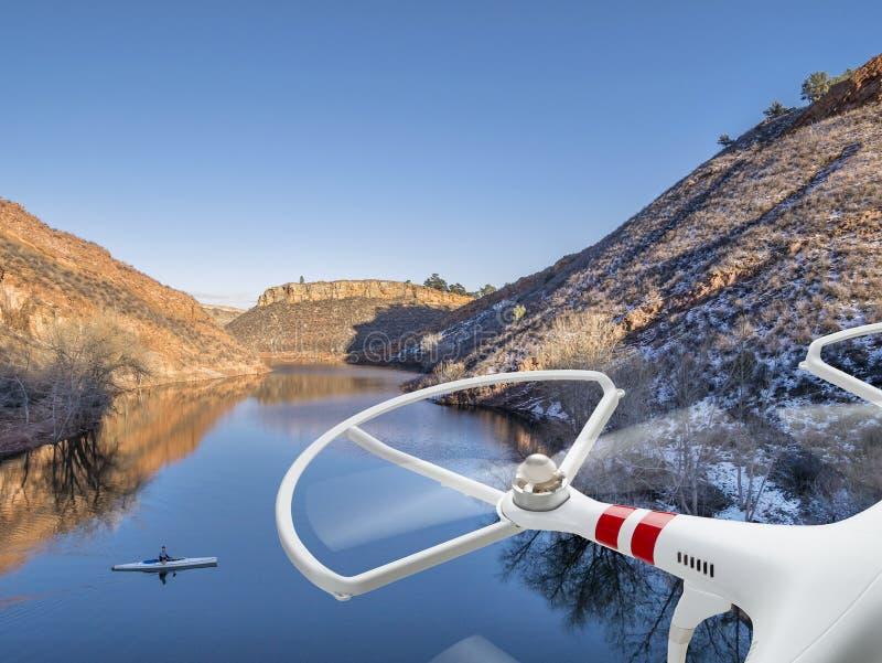 Κηφήνας που πετά πέρα από τη λίμνη με το κανό στοκ εικόνες με δικαίωμα ελεύθερης χρήσης