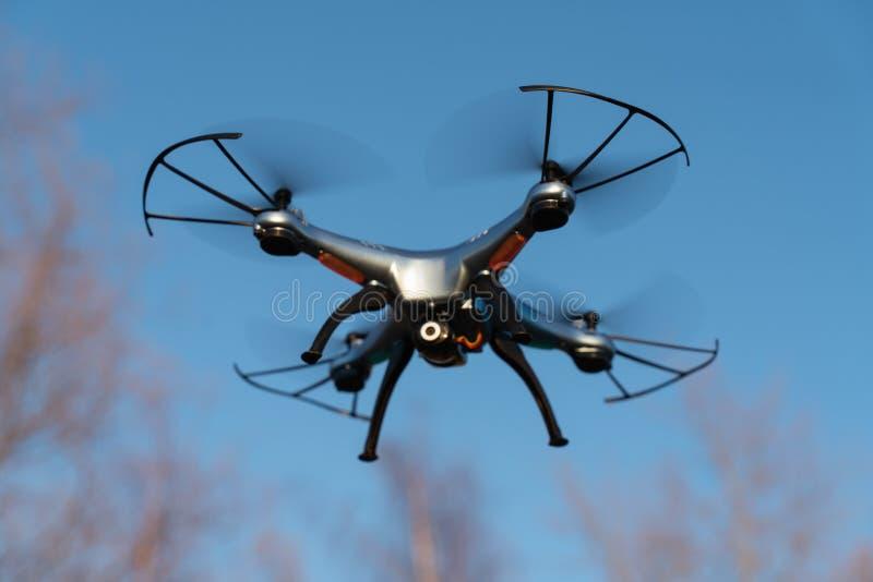 Κηφήνας που πετά στον αέρα ενάντια στο μπλε ουρανό τεχνολογία και ραδιο-ελεγχόμενες μηχανές στοκ εικόνες