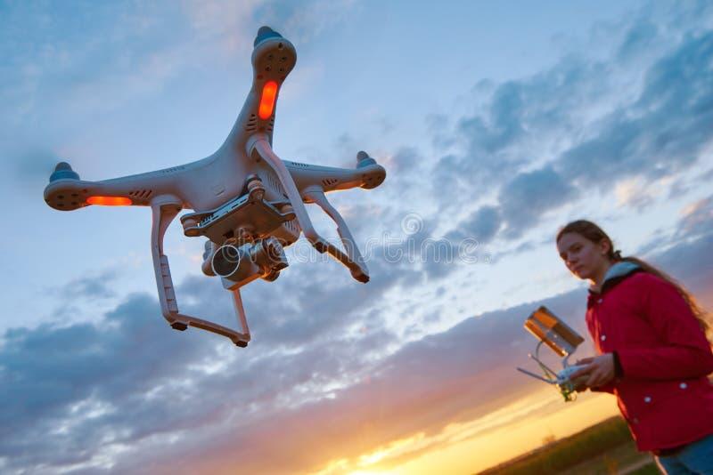 Κηφήνας που πετά στο ηλιοβασίλεμα που οδηγιέται από τη νέα γυναίκα στοκ φωτογραφία με δικαίωμα ελεύθερης χρήσης