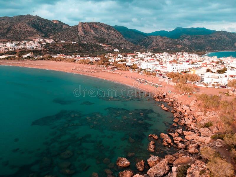 Κηφήνας που πυροβολείται μιας μικρής πόλης στην Ελλάδα με 2 παραλίες στοκ εικόνα με δικαίωμα ελεύθερης χρήσης