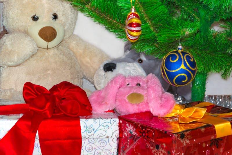 Κιβώτια δώρων κάτω από το δέντρο Christmass Χριστούγεννα και νέα ανασκόπηση έτους Έννοια χειμερινών διακοπών Παρόν για το νέο έτο στοκ εικόνες