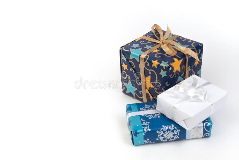Κιβώτια δώρων και ζωηρόχρωμο παρόν για τα Χριστούγεννα στο απομονωμένο άσπρο υπόβαθρο με το διάστημα αντιγράφων στοκ φωτογραφία με δικαίωμα ελεύθερης χρήσης
