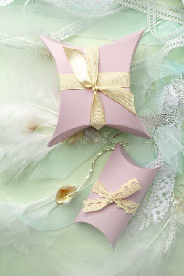 Κιβώτια δώρων με την κορδέλλα στο πράσινο υπόβαθρο κρητιδογραφιών με το διάστημα αντιγράφων Ελάχιστο cincept των διακοπών Τοπ άπο στοκ εικόνα