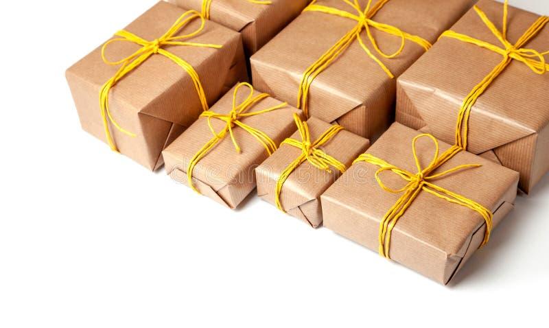 Κιβώτια δώρων στην εορταστική συσκευασία με τα χρυσά κίτρινα τόξα που απομονώνονται στο λευκό Παράδοση των δώρων από την ταχυδρομ στοκ εικόνες με δικαίωμα ελεύθερης χρήσης