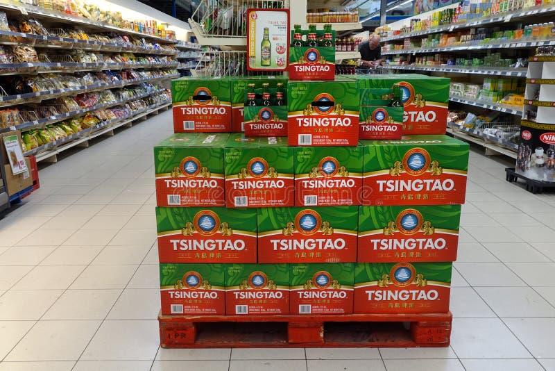 Κιβώτια μπύρας του Τσίνγκταο σε ένα κατάστημα στοκ φωτογραφίες