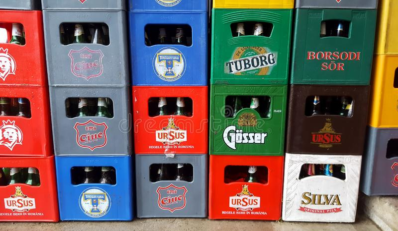 Κιβώτια της μπύρας σε μια υπεραγορά ή ένα κατάστημα υπαίθρια Ρουμανικό ποτό στοκ εικόνες με δικαίωμα ελεύθερης χρήσης
