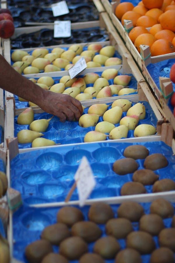Κιβώτια των φρούτων στην αγορά στοκ εικόνα με δικαίωμα ελεύθερης χρήσης